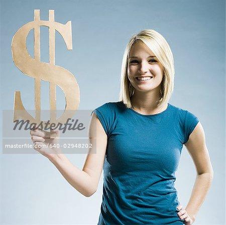 Frau hält ein Dollar-symbol