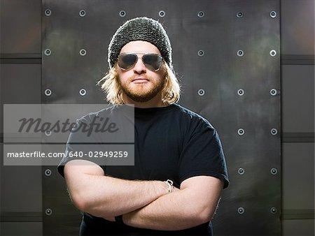 homme portant un bonnet et des lunettes de soleil