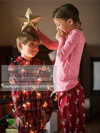 Bruder und Schwester zu Weihnachten