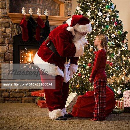 Weihnachtsmann und ein Mädchen im Gespräch