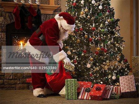 mettre des cadeaux sous l'arbre de Noël