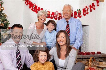 Grands-parents, parents et enfants célébrant Noël