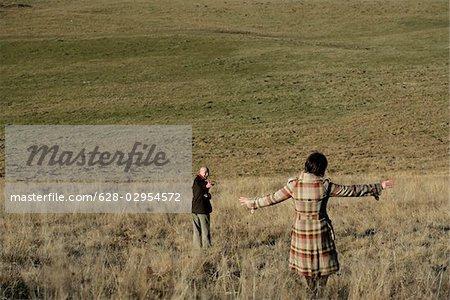 Couple d'âge mûr en descendant une colline