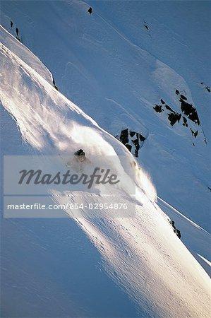 Ski skieur extrême bas neige abrupte couvertes de montagne montagnes Chugach centre-sud de l'Alaska hiver