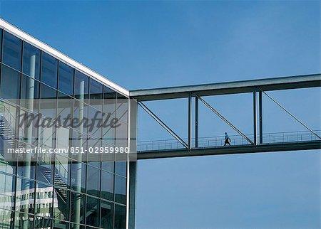 Personne franchissant le pont de la rivière Spree, Berlin, Allemagne