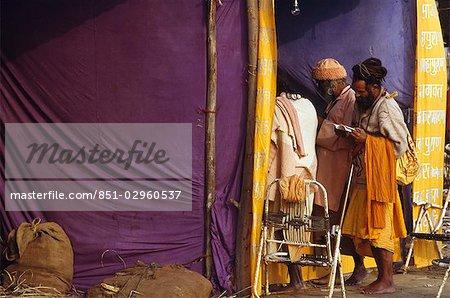 Sadhus shopping pendant le Kumbh Mela, Allahabad, Uttar Pradesh, Inde