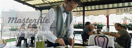 Gens mangent à des tables dans le restaurant., Burano, Venise, Italie.