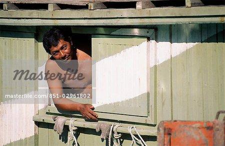 homme à la recherche de bateau de pêche local, Malaisie