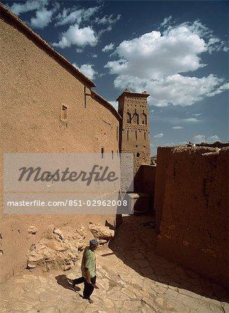 Homme marchant dans les ruelles d'ACI, Benhaddou, Maroc