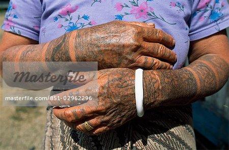 Femme tatouée mains et bras, Sarawak, Bornéo, Malaisie