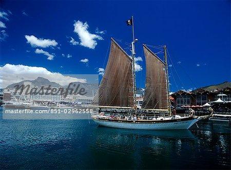 Ancien yacht dans le front de mer Victoria et Albert et montagne de la Table, Cape Town, Afrique du Sud.