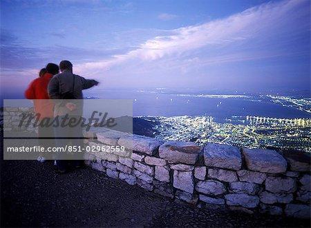 Famille en admirant la vue du Cap au crépuscule comme vu depuis le sommet de la montagne de la Table, en Afrique du Sud.