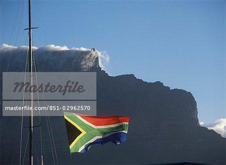 Drapeau sud-africain au-dessus de Victoria et Albert Waterfront à Cape Town et de la montagne de la Table, derrière l'Afrique du Sud