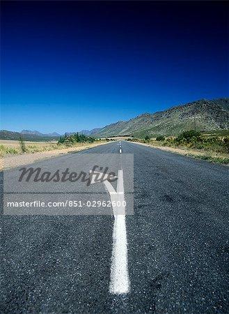 Route de la flèche de marquage dans le petit Karoo près de Garcia, Western Cape, Afrique du Sud.