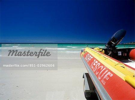 Bateau de sauvetage Surf sur la plage de la baie de Fish Hoek, péninsule du Cap, Afrique du Sud.