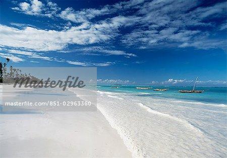 Recherche le long de la plage de Matemwe vers l'Ile de Mnemba, Zanzibar, Tanzanie.