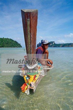 Long-bateau et batelier, l'île de Ko Phi Don, Thaïlande