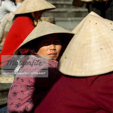 Détail des chapeaux & visage femme, Dalat, Vietnam