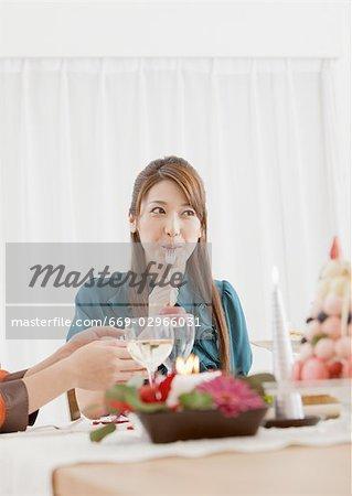 Une femme mange