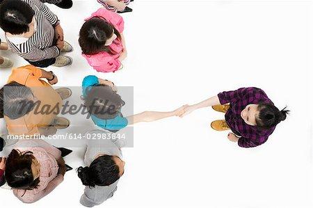 Frau Händeschütteln mit jemandem in Menge