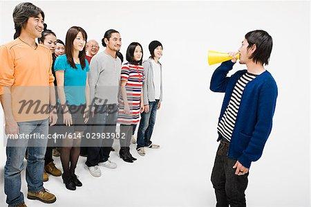 Menge und Mann mit Lautsprecher