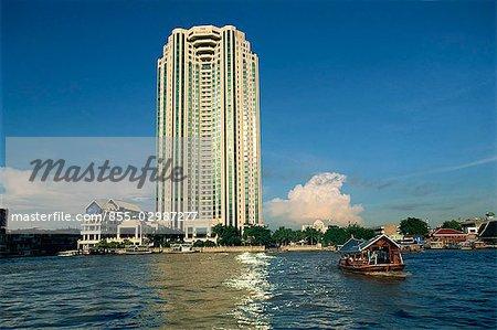 À la recherche dans l'ensemble de la rivière Chao Phraya, vers la péninsule hôtel, Bangkok