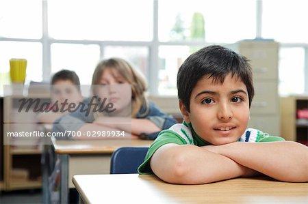 Kinder in Grade drei Klassenzimmer