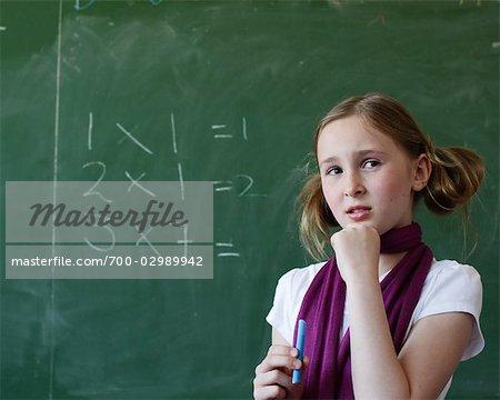 Schüler, die Mathematik auf der Tafel zu tun