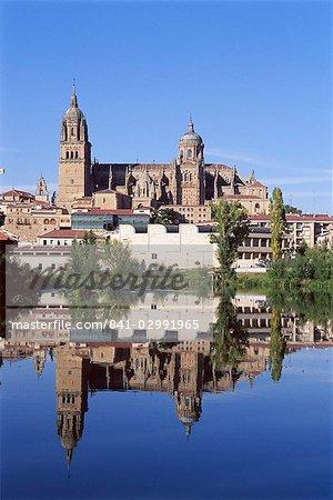 L'ancien et le nouveau cathédrales, reflétée dans l'eau du Rio Tormes (rivière Tormes), Salamanque, Castille-Leon (Castille), Espagne, Europe