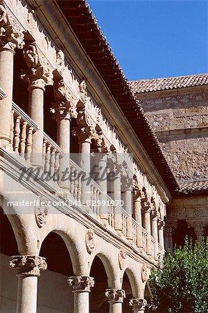 Le cloître fin du Convento de las Duenas, Salamanque, Castille-Leon (Castille), Espagne, Europe