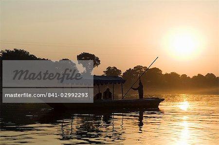 Coucher de soleil sur le Narmada river, Mansour, Madhya Pradesh État, Inde, Asie