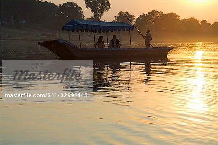 Crépuscule de la rivière Narmada, Mansour, Madhya Pradesh, Inde