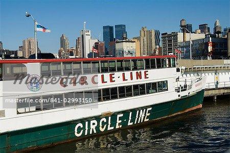 Cercle des bateaux de touristes de ligne allant de la 42e rue terminal, Manhattan, New York City, New York, États-Unis d'Amérique, Amérique du Nord