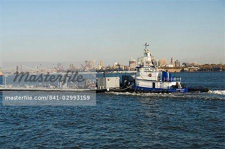 Bateau avec barge sur la rivière Hudson, Manhattan, New York City, New York, États-Unis d'Amérique, Amérique du Nord
