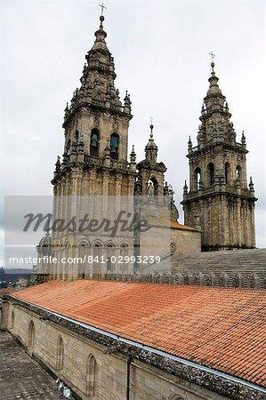 L'arrière les clochers du toit de la cathédrale de Santiago, patrimoine mondial UNESCO, Saint Jacques de Compostelle, Galice, Espagne, Europe