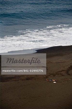 Plage de sable noir volcanique à Sao Filipe, Fogo (feu), Cap vert, Atlantique, Afrique