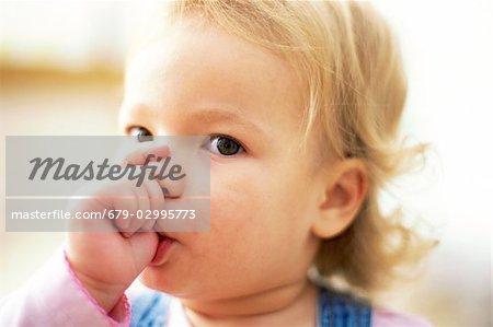 Jeune fille sucer son pouce