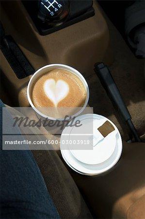 Zwei Kaffees mit Herzen gestalten in Schaum in Auto-Getränkehalter