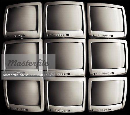 Téléviseurs empilés dans une grille