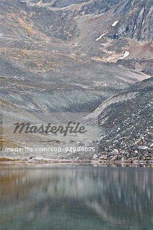 Geröll und Bergsee, Tombstone Territorial Park, Yukon, Kanada