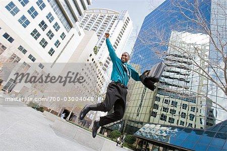 Heureux homme d'affaires sautant en l'Air