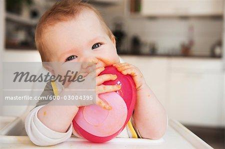 Baby im Hochstuhl Essen