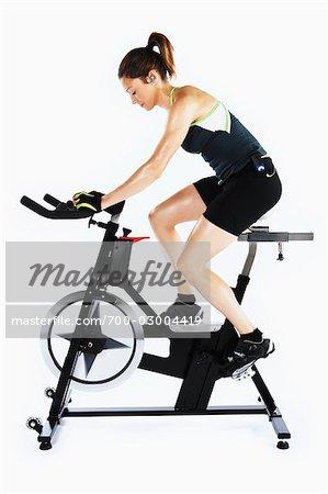 Femme vélo stationnaire