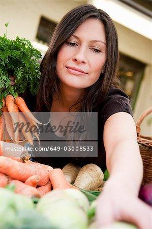 Femme shopping légumes frais