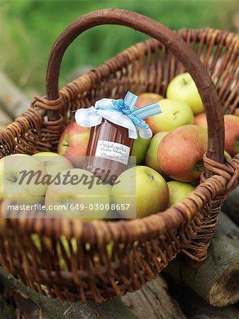 Pommes dans le panier avec pot de pommes