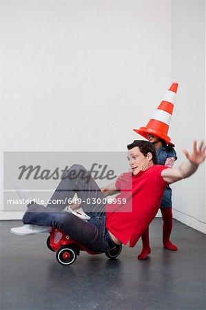 jeune homme à conduire la voiture de jouet d'enseignement