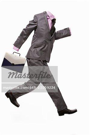 Un costume masculin avec mallette, en cours d'exécution