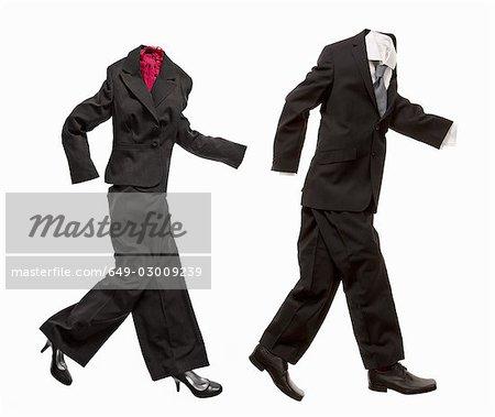 Un couple de costumes d'affaires marche