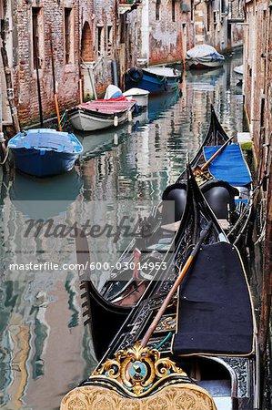 Gondeln und Boote am Canal, Venedig, Italien