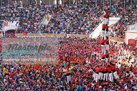 Menge von Leuten, die ein Mensch Schloss, Tarragona, Catalunya, Spanien